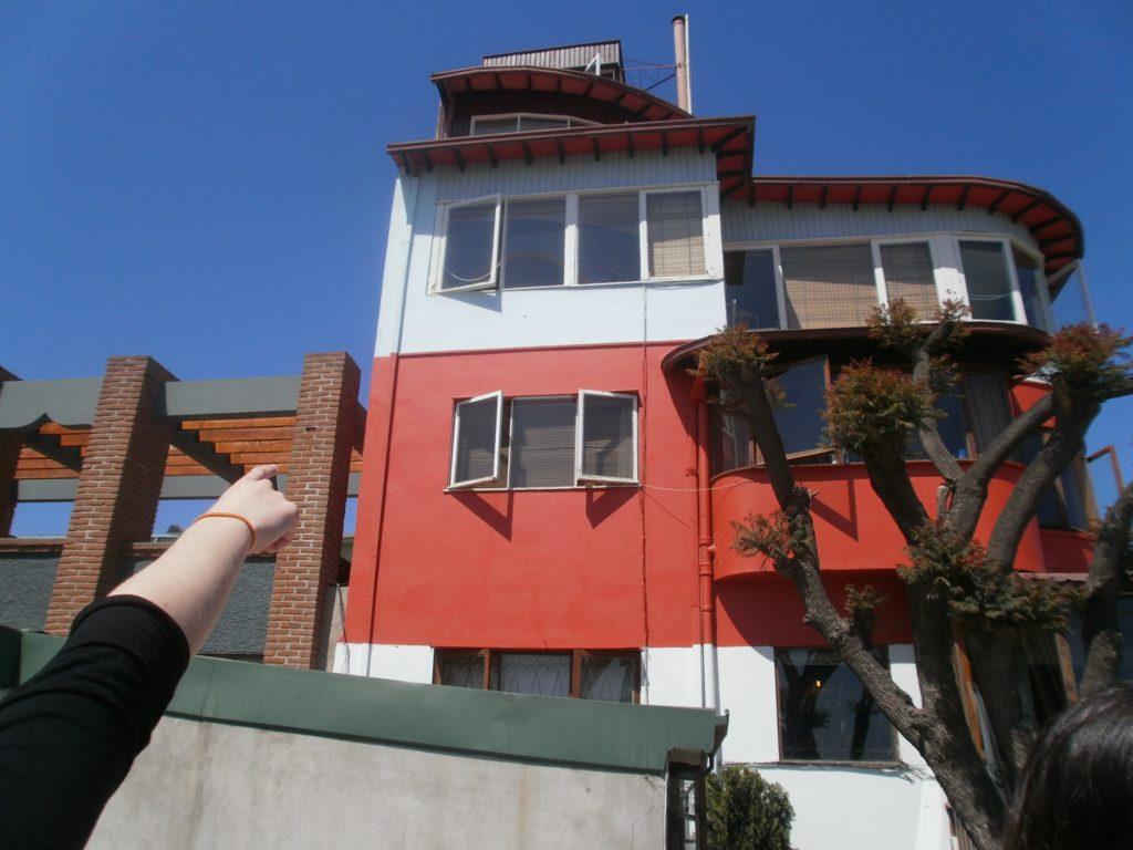 señalando fachada de casa