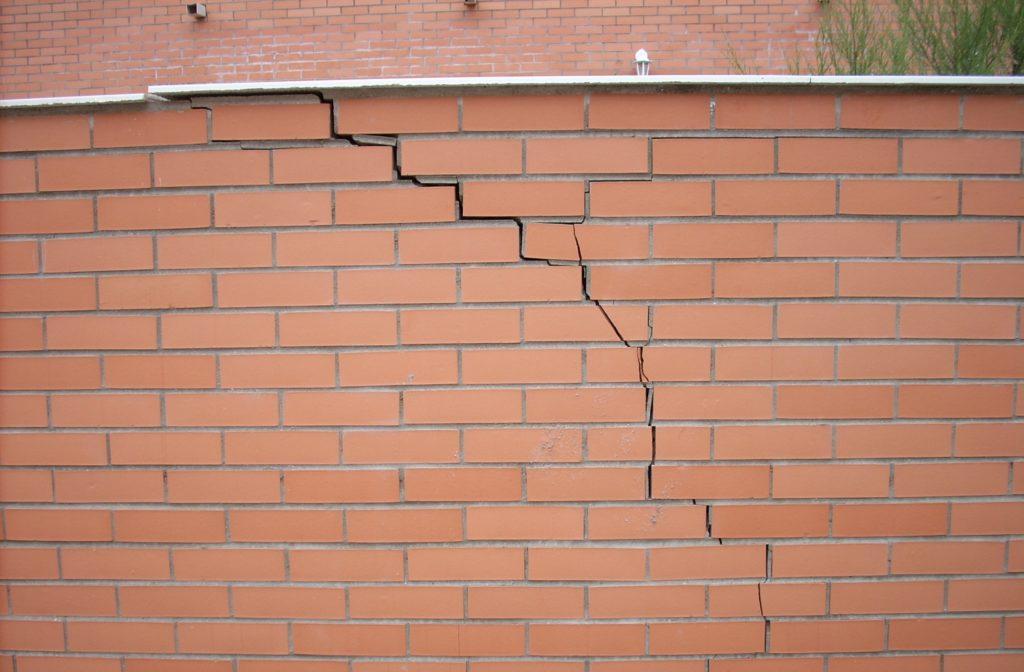 grieta-por-deformacion-de-cimiento-de-muro